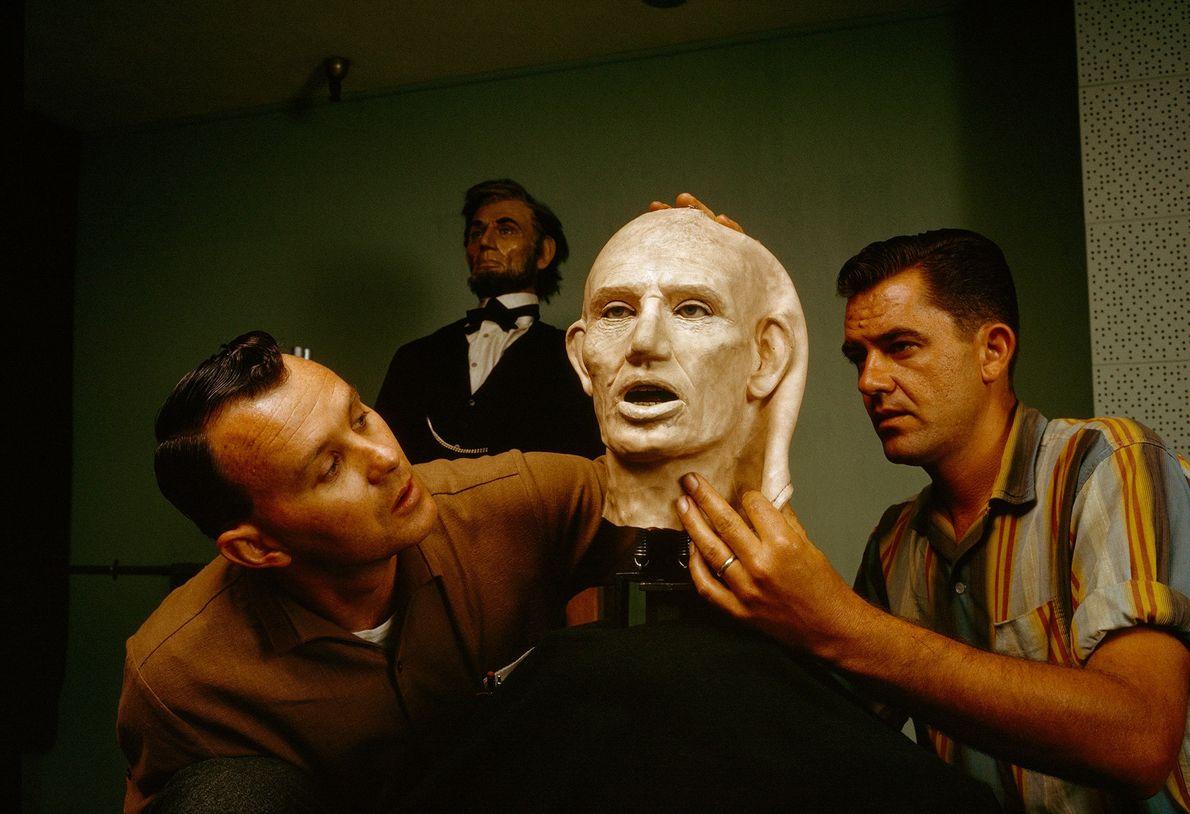 """Ingenieure arbeiten in der """"Hall of Presidents"""" an einer flexiblen Kunststoffhaut für Abraham Lincoln, die Gesichtsausdrücke ..."""