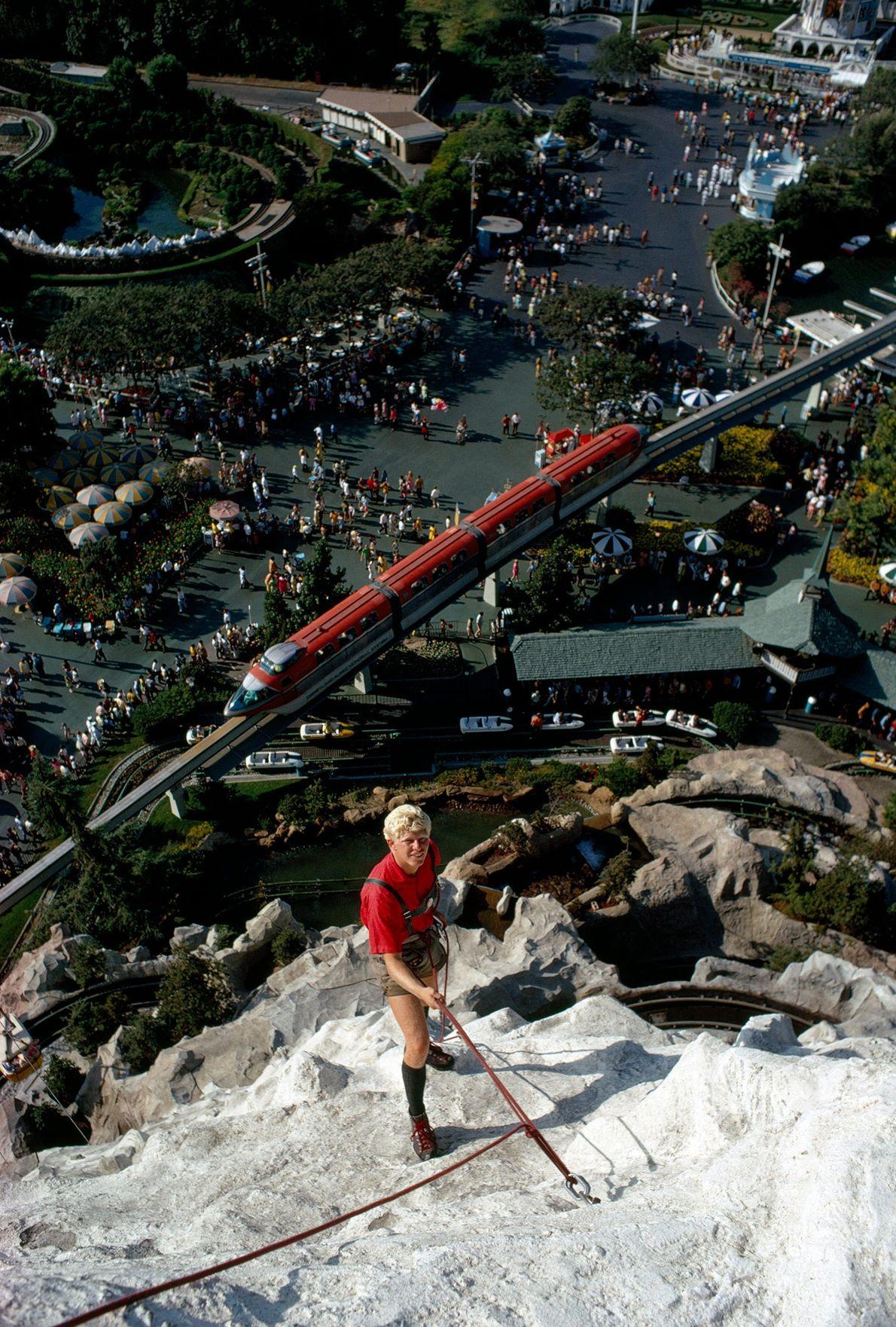 Ein Kletterer erklimmt das Matterhorn in Disneyland.
