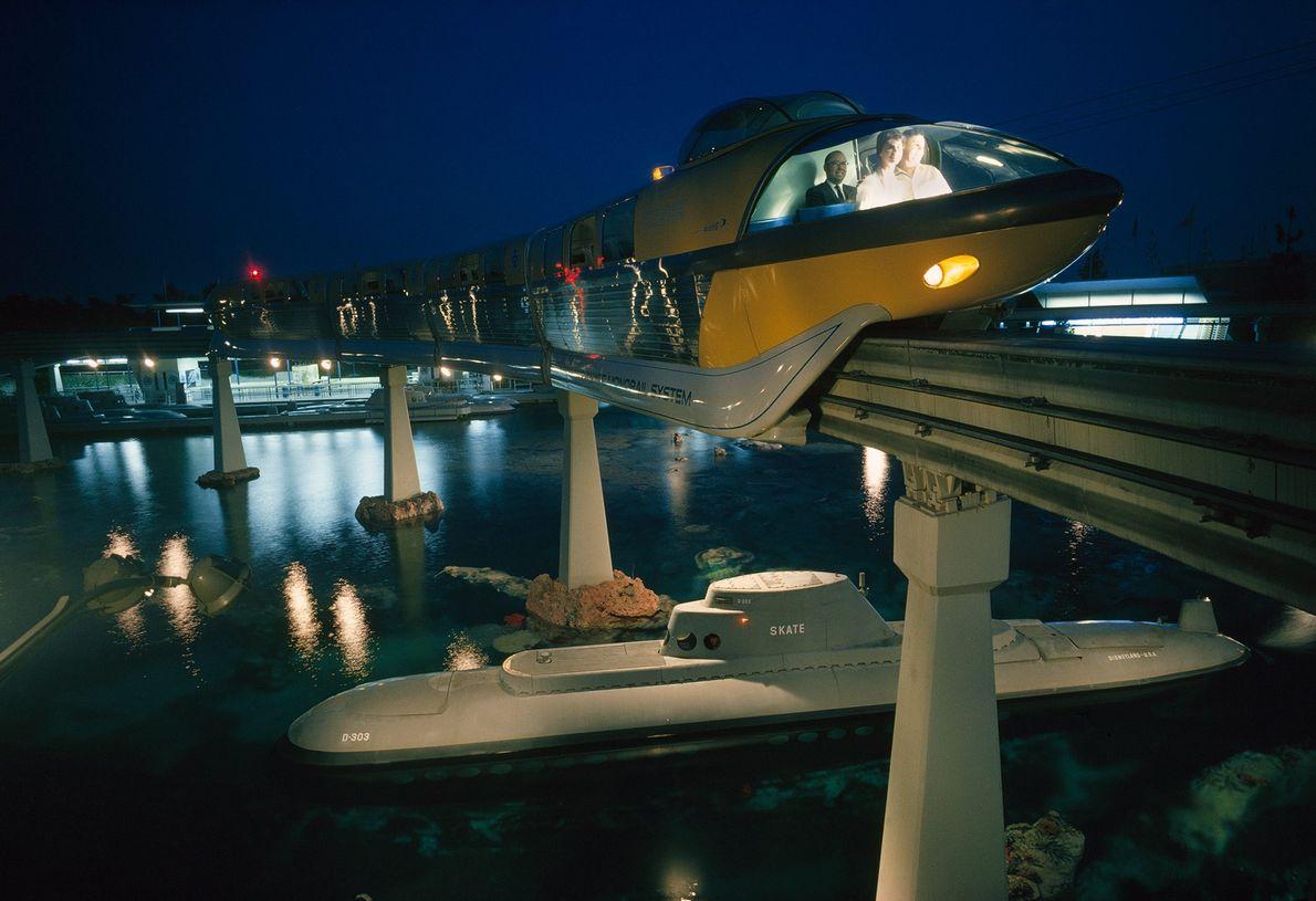 Eine Einschienenbahn überquert einen See mit einem Modell eines Atom-U-Boots.