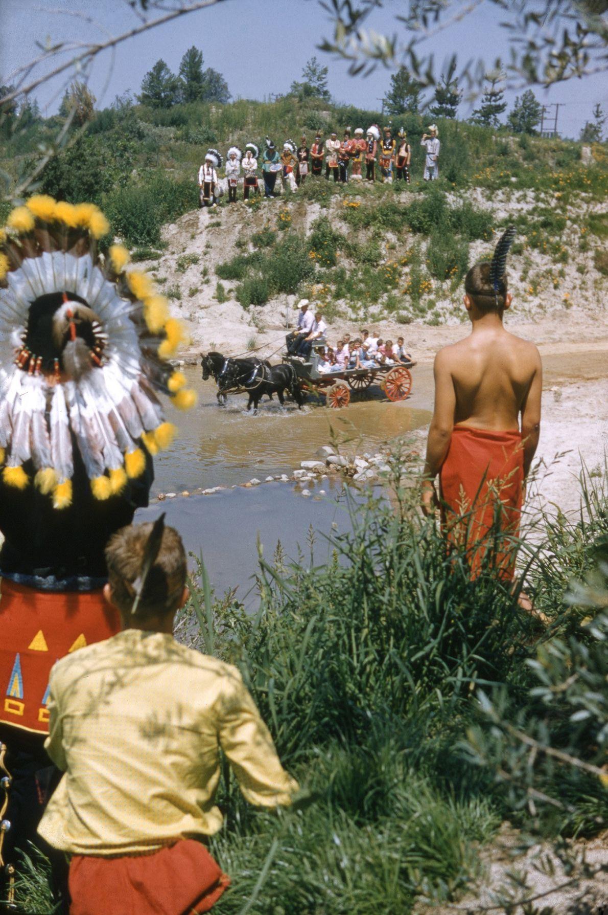 """Als amerikanische Ureinwohner dargestellte Charaktere heißen Besucher 1955 in der """"Painted Desert"""" willkommen. Einige von Disneys ..."""