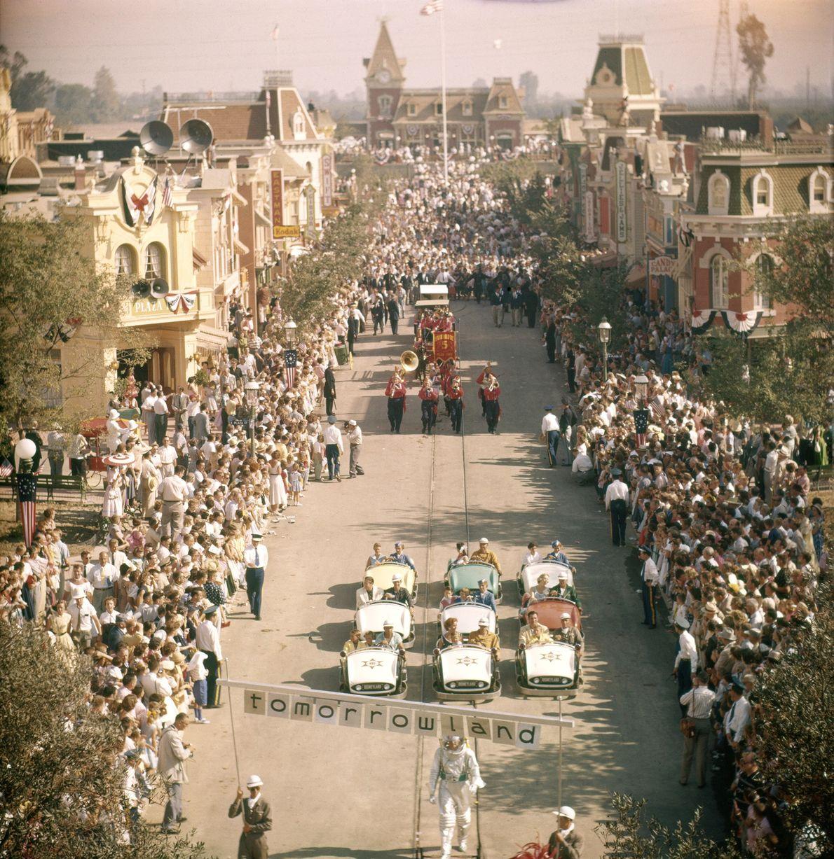 Disneyland wurde am 17. Juli 1955 mit einer großen Parade auf der Main Street U.S.A. innerhalb ...