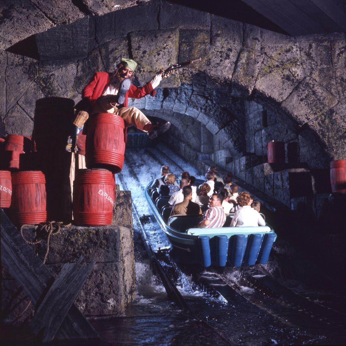 """Ein betrunkener Pirat droht den Touristen, die mit einem Boot durch die Attraktion """"Pirates of the ..."""