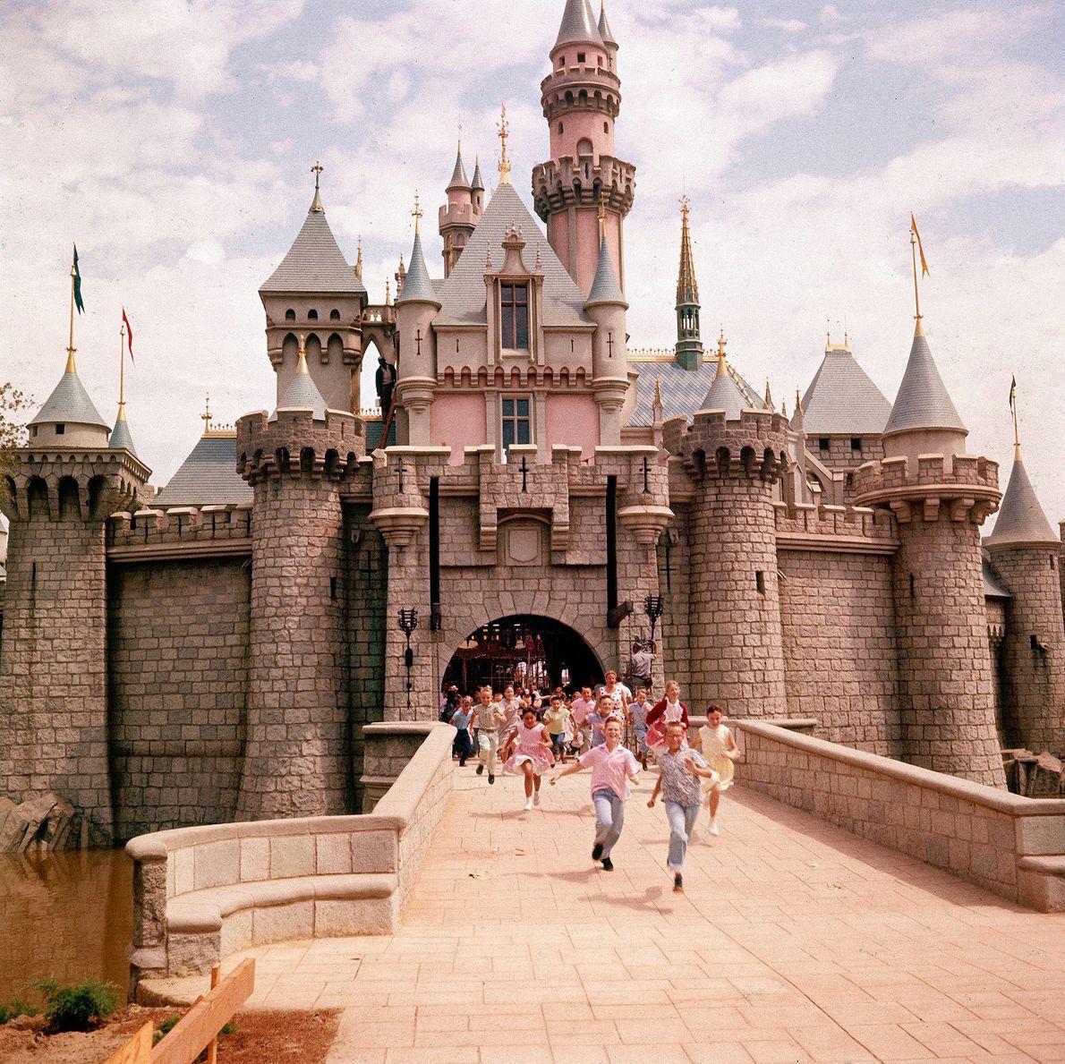 Kinder rennen durch das Dornröschenschloss im Herzen von Disneyland. Das Design des Schlosses basiert auf dem ...