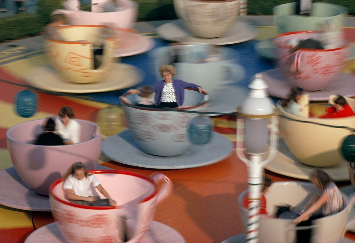 """Im Fahrgeschäft """"Mad Hatter's Tea Party"""" drehen sich die Besucher in bunten Teetassen im Kreis. Für ..."""