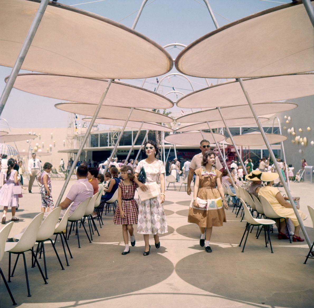 """Gäste ruhen sich an einem Sommertag am """"Space Port"""" von Tomorrowland aus."""