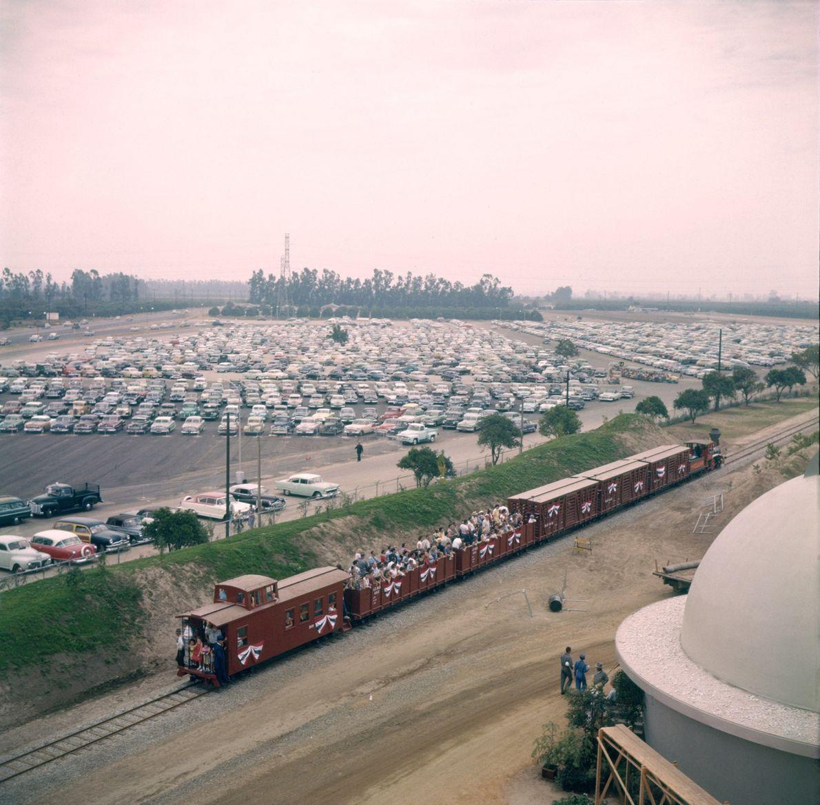 Walt Disney liebte Züge so sehr, dass er sein privates Vermögen nutzte, um echte Dampflokomotiven in ...