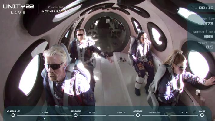 Virgin Galactic-Gründer Richard Branson und die anderen Passagiere der V.S.S. Unity warten auf den Moment, in ...