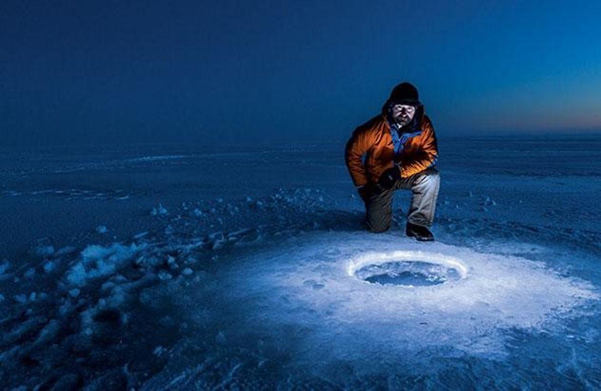 Am Sukok-See in Alaska bereitet der Astrobiologe Kevin Hand den Test einer Sonde vor, deren Nachfolger …