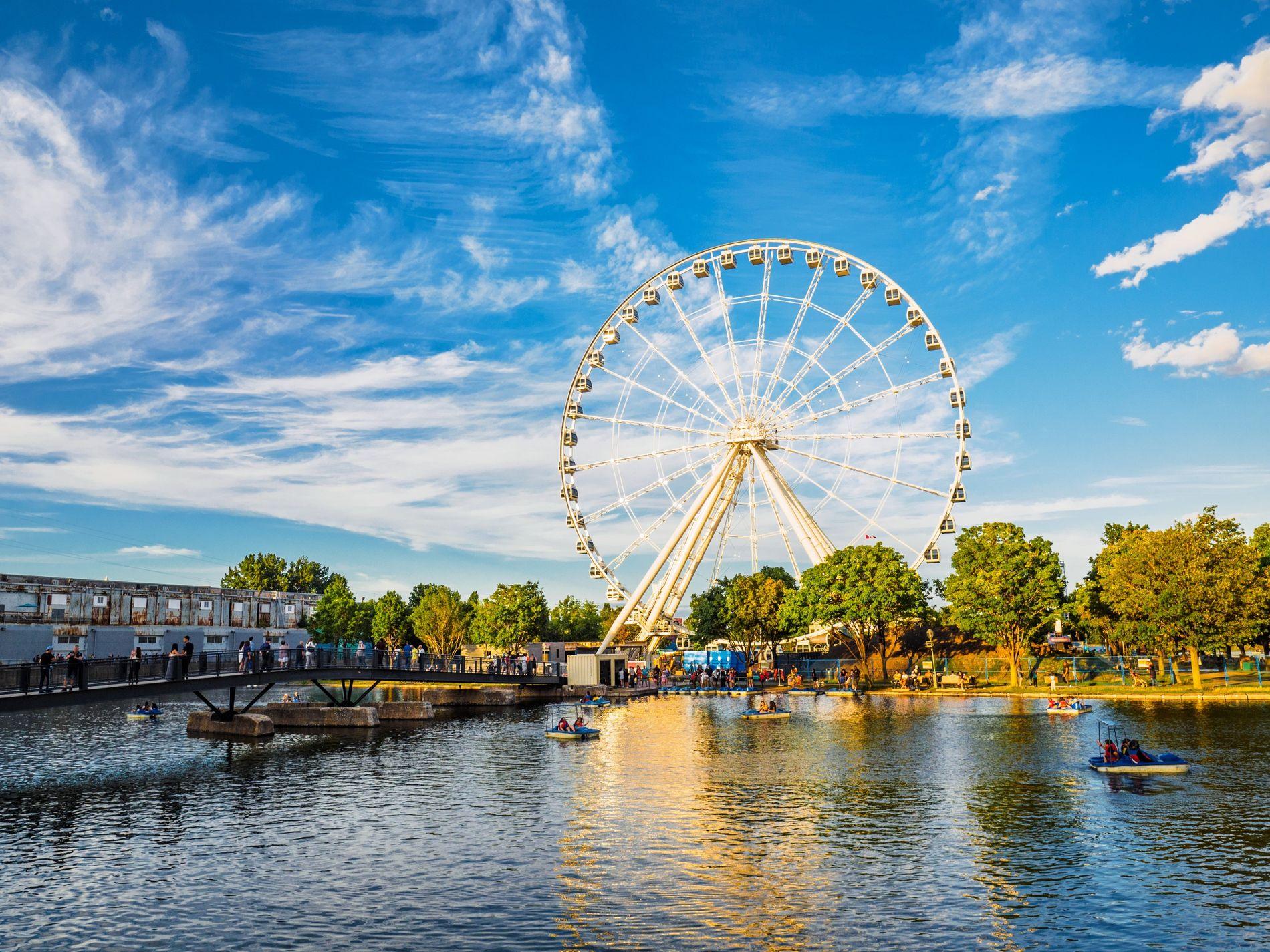 Der Waterfront Park in der Altstadt von Montréal mit Blick auf das Riesenrad La Grande Roue de Montréal.