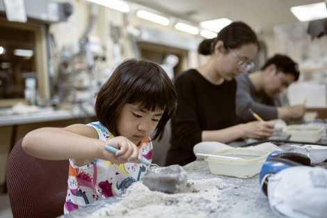 Eine Familie aus Kalifornien nutzt bei ihrem Besuch im Museum das Angebot, selbst einmal Dinosaurierknochen zu ...