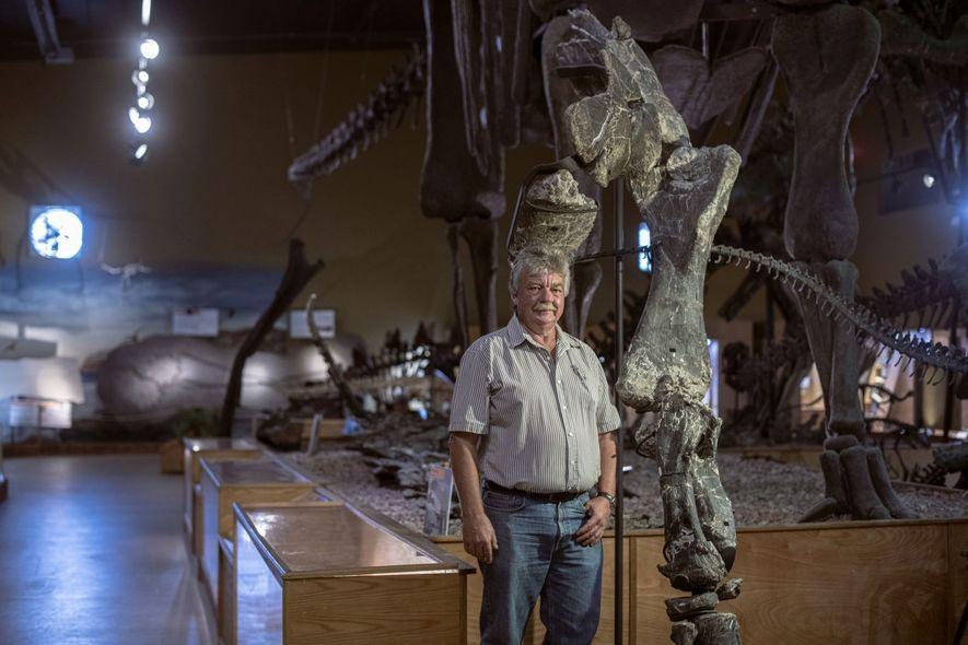 Burkhard Pohl, hier neben den Originalknochen eines Vorderarms eines Camarasaurus, gründete 1990 das Wyoming Dinosaur Center.