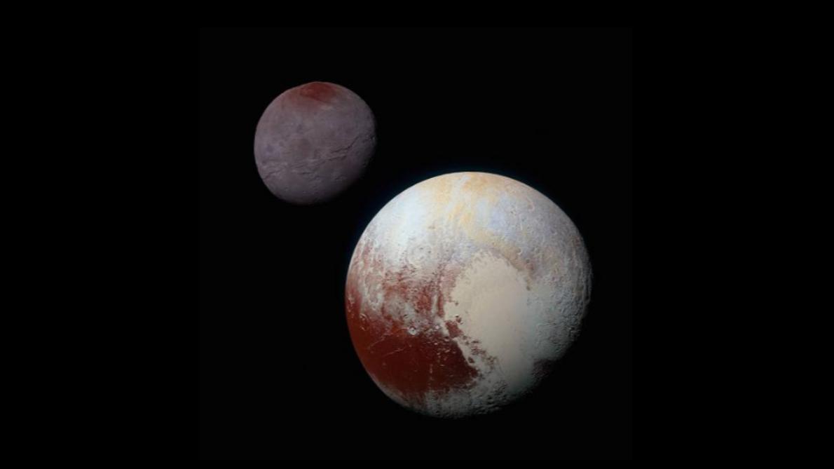 Die farbverstärkten Bilder von Pluto (unten rechts) und Charon, die für dieses zusammengesetzte Bild genutzt wurden, ...