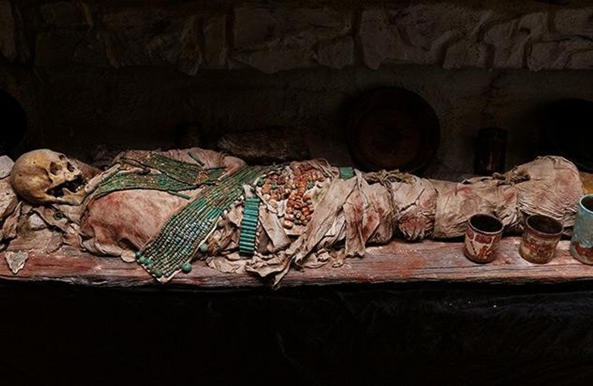Jade- und Muschelperlen schmücken das Leichentuch eines Schlangenkönigs, der im Jahr 697 starb. Vermutlich handelt es …