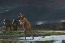 Vor mehr als 10.000 Jahren trug eine Frau oder ein junger Mann ein Kleinkind über eine ...