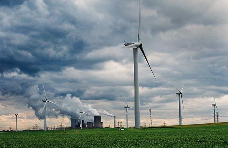 Windräder haben das Kohlekraftwerk bei Garzweiler in Nordrhein-Westfalen umzingelt. Erneuerbare Energiequellen liefern bereits 27 Prozent der ...