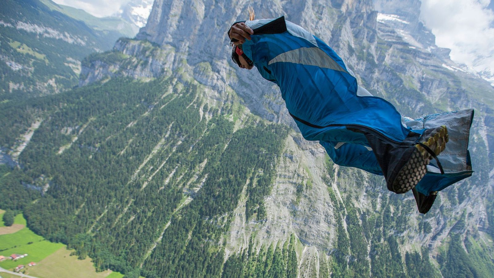 Ein Base-Jumper in der Schweiz