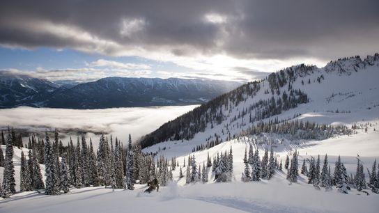 Der Posder Highway führt direkt ins Herz von British Columbia, wo acht alpine Skigebiete, natürliche heiße ...