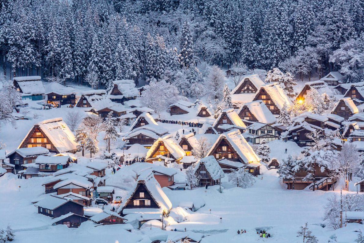 JAPAN Im japanischen Chūbu leuchten Häuser im Schnee. In Japan werden zur Winterzeit zahlreiche Festivals gefeiert.