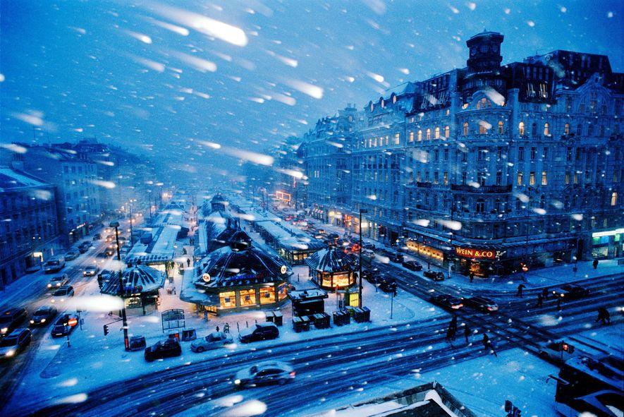 Selbst im stürmischen Schneegestöber verbreiten die weltbekannten Wiener Weihnachtsmärkte noch eine festliche Stimmung.