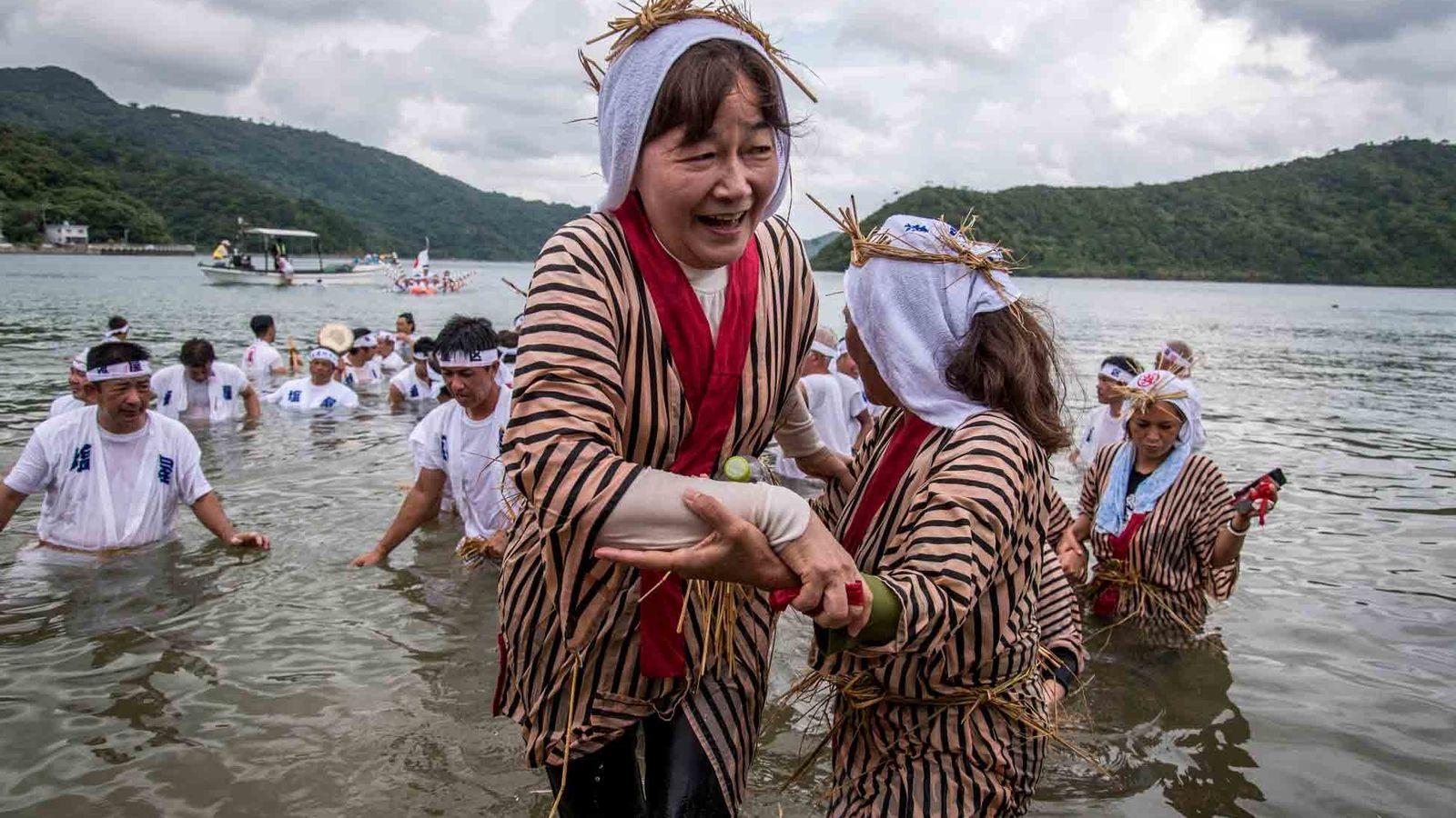 Veranstaltungen wie das Ungami-Fest, das in der Shioya-Bucht stattfindet und dem Gott des Meeres gewidmet ist, ...