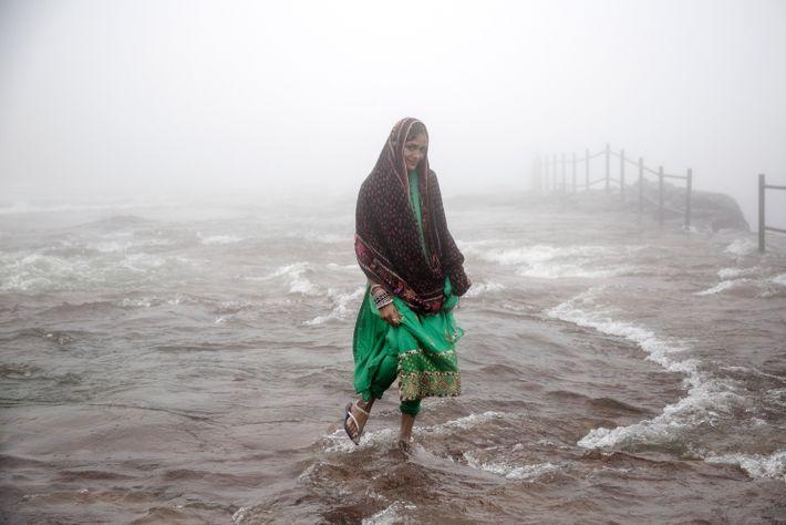 Frau steht im Wasser