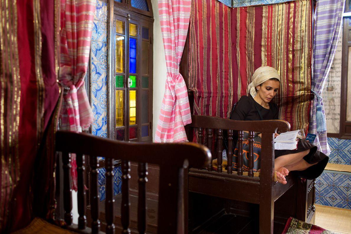 Frau liest in Synagoge
