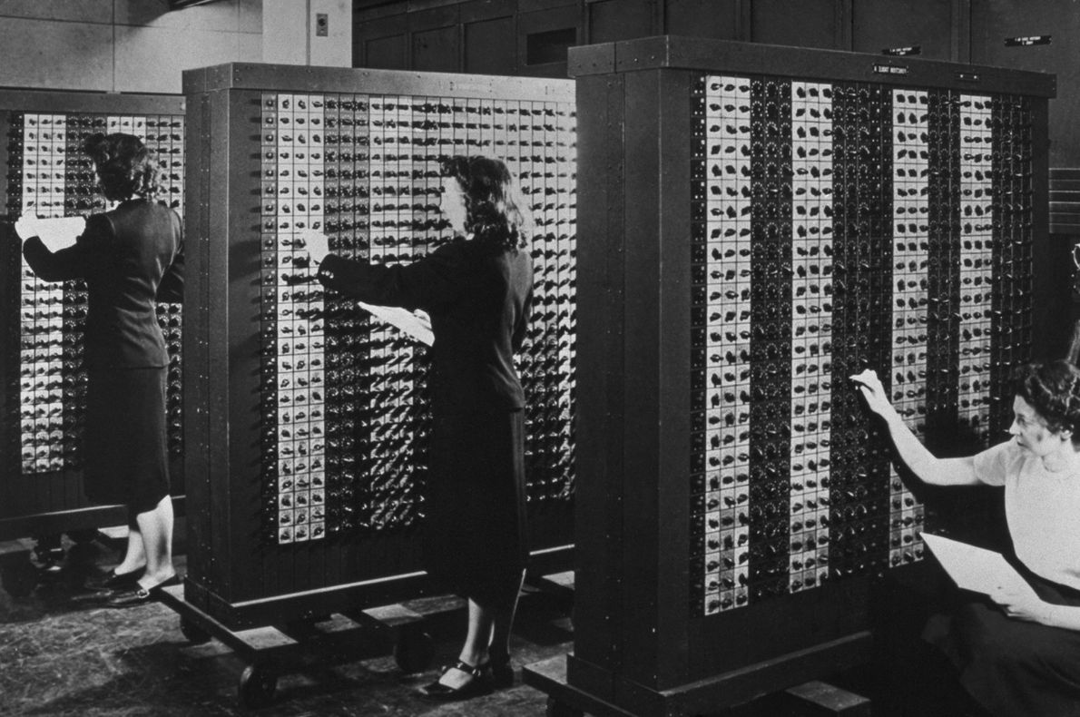 Frauen bedienen die Schalter des ersten elektronischen, turingmächtigen Universalrechners der Welt: ENIAC. Er wurde 1946 für ...