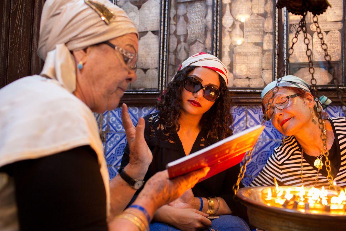 Frauen lesen gemeinsam