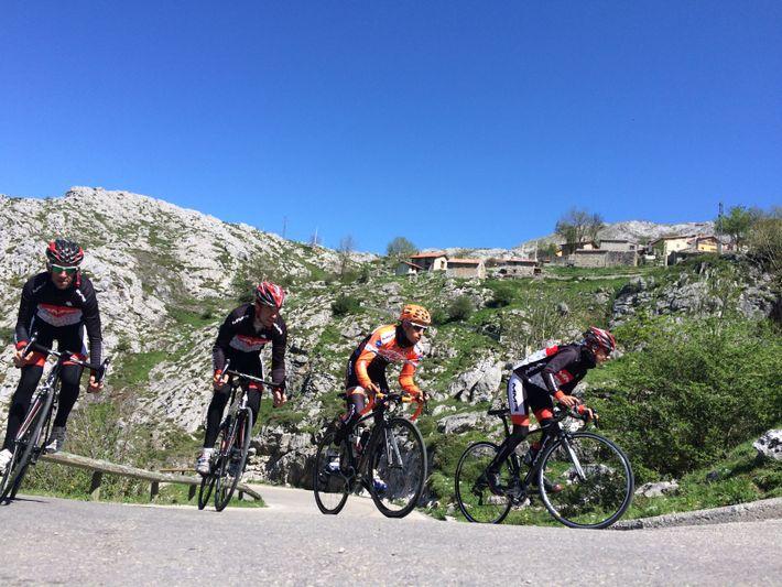 Radfahrer auf dem Weg zum Dorf Sotres auf einem malerischen Abschnitt des Radrennens Vuelta a España, ...