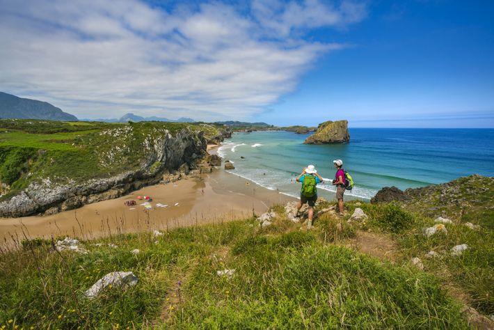 Asturien hat die am besten erhaltene wilde Küstenlinie Spaniens, bietet spektakuläre Aussichtspunkte sowie Ausgrabungen von Dinosaurier-Fossilien ...
