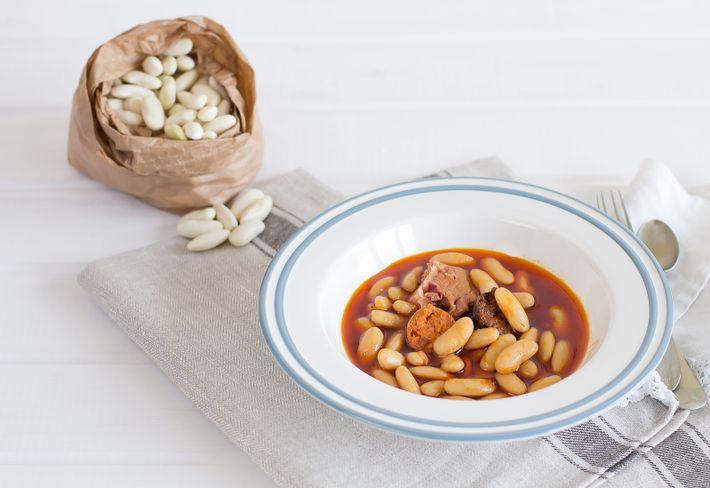 Fabada asturiana ist das typische Gericht der Region, ein rustikaler Eintopf aus weißen Bohnen und Wurst, ...