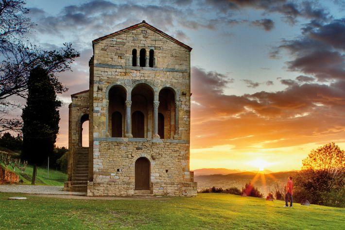Santa María del Naranco, erbaut im 9. Jahrhundert von König Ramiro I. an einem Berghang, ist eine Ikone ...