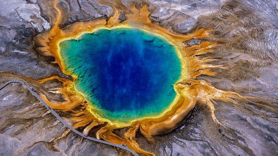 Rauch steigt aus der Grand Prismatic Spring aus, einer der spektakulärsten Thermalquellen des Yellowstone-Nationalparks.