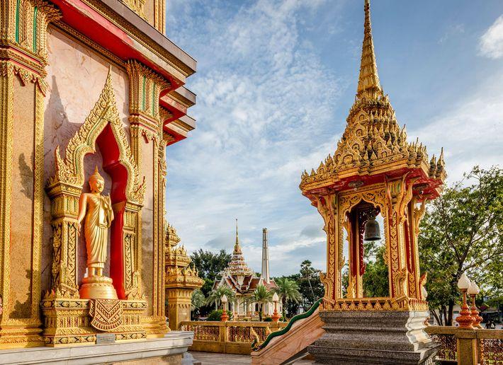 Orte wie Wat Chalong in Phuket sind noch nicht ganz so von Touristen überlaufen und bieten ...