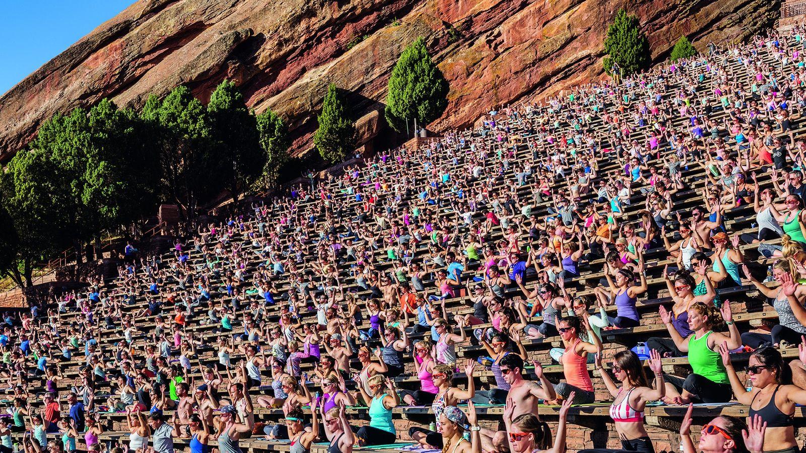 """2100 Teilnehmer füllen bei """"Yoga on the Rocks"""" das Red-Rocks-Amphitheater außerhalb von Denver, Colorado, bis auf ..."""