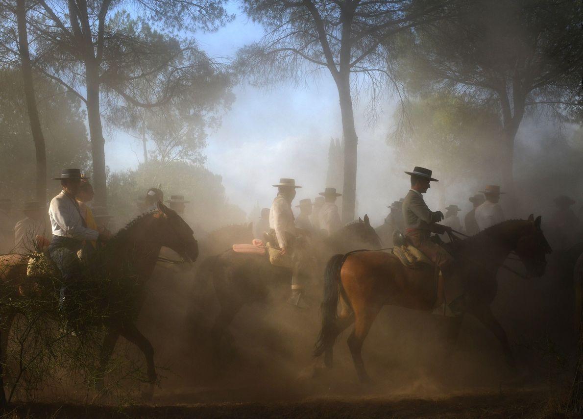 """EL ROCIO, ANALDUSIEN: Während der Wallfahrt """"El Rocío"""" sind hunderte Menschen in traditionellen Flamencogewändern auf Pferden …"""