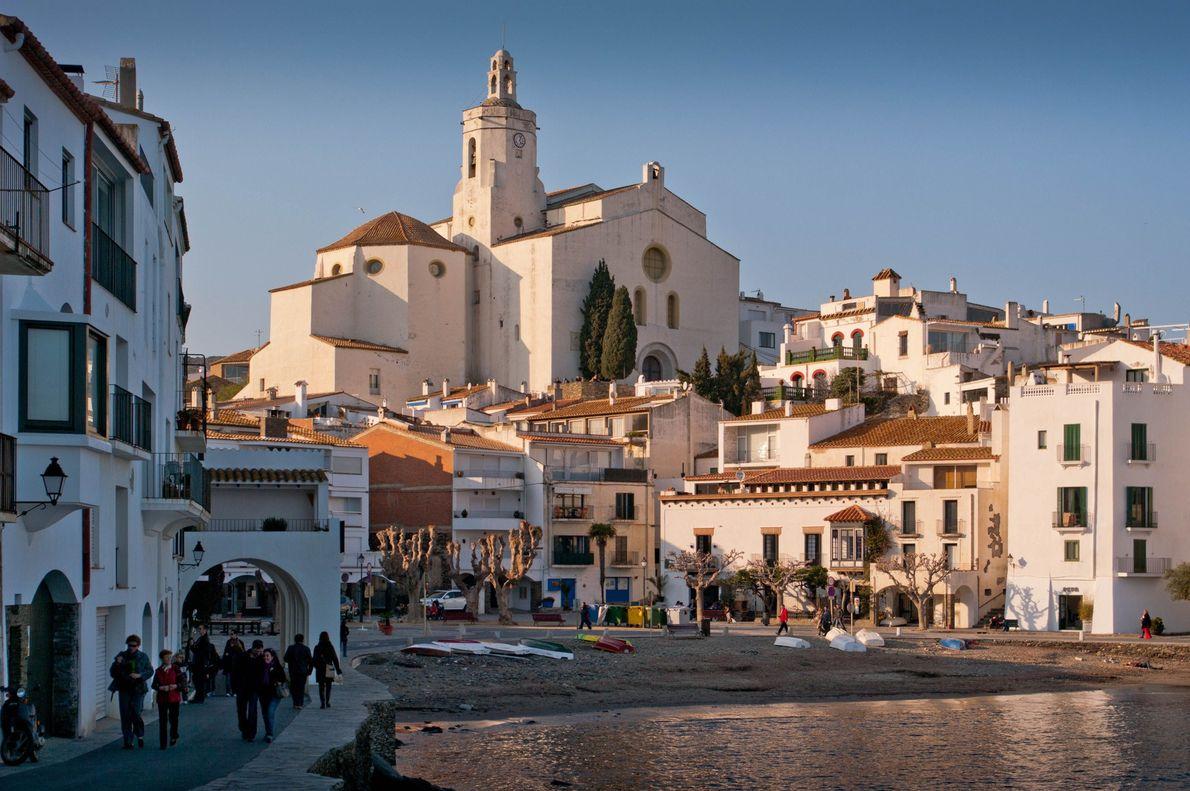 CADAQUÉS, GIRONA: Die weiße Küstenstadt Cadaqués liegt an der Costa Brava an Spaniens Nordostspitze. Im Gegensatz ...