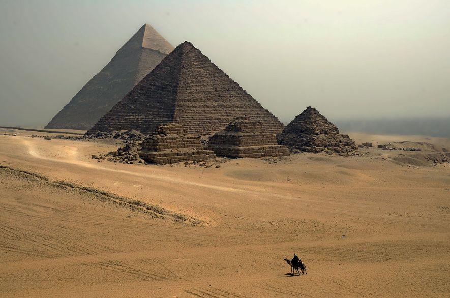 Manche Motive werden einfach nie langweilig. Vor dem Hintergrund der gewaltigen Pyramiden von Gizeh wirken die ...