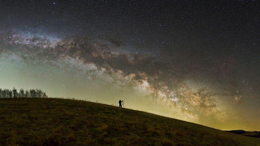 Ein Fotograf bereitet seine Ausrüstung unter dem Nachthimmel der ungarischen Zselic National Landscape Protection Area vor.