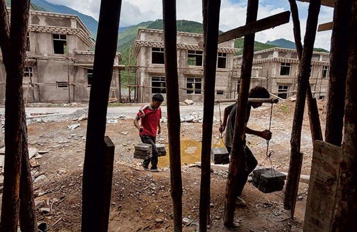 China: In der Nähe der Wunonglong-Talsperre entstehen neue Häuser für Familien, die dem Bau des Dammes …